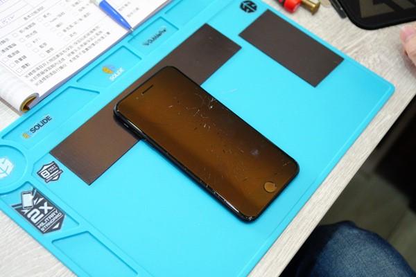 新竹iphone維修 新竹iphone手機維修 iphone系列 換螢幕、換電池、主機板維修 今天終於直擊到iphone手機維修 的過程啦!之前我們iphone手機維修工程師都以迅雷不及掩耳,堪比工廠機器人的速度,一隻接著一隻的在幫店裡上門的客人進行iphone手機維修 ,小編相機才剛準備好工程師就修完了