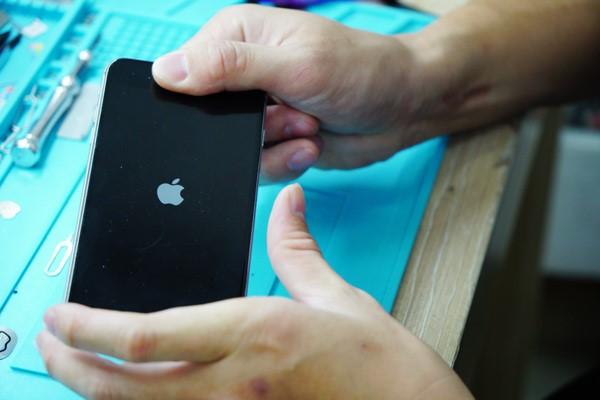 把螢幕組裝回去前,工程師都會在檢測一遍,仔細確認好螢幕顯示完全正常才會把螺絲鎖上。新竹iphone維修 新竹iphone手機維修 新竹修iphone 。