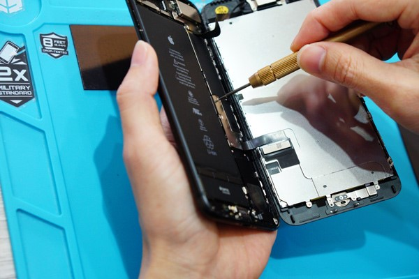 iphone手機維修 還有最重要的排線問題也要特別注意,在拆iphone螢幕的過程中所有動作都要輕柔,若稍有不慎扯到排線,那就糟糕了,另外還有電池會有漏電的風險,所以為了安全我們真的不建議客人看著網路上的iphone維修教學影片自己維修喔!(PS.若真的自己拆了裝不回去,我們很樂意幫忙處理,不要害羞喔!)新竹iphone維修 新竹iphone手機維修 新竹修iphone 。