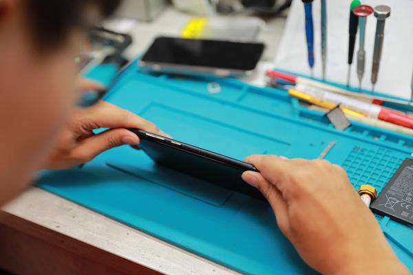 華碩手機換電池 zenfone維修 華碩手機維修 電池老化膨脹 ,就到「膜幻鎂機」,就像施魔法一樣,一點就通!無須費力,因為我們的專業可以帶給你無限的方便。
