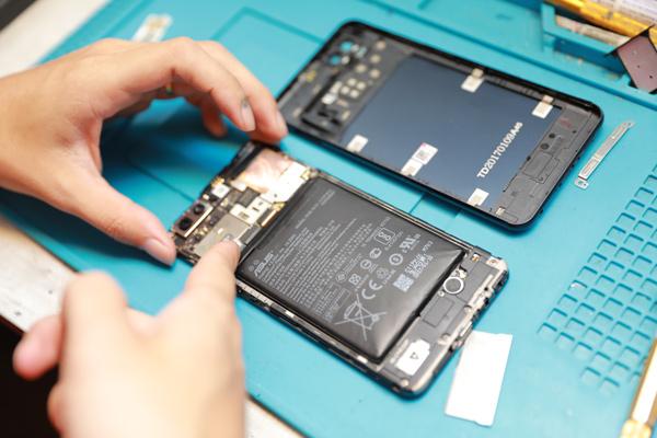 華碩手機換電池 華碩手機維修 手機殼扳開,明顯鼓起來的地方,可見長時間使用手機,必需一直充電的結果。新竹zenfone維修 膜幻鎂機。