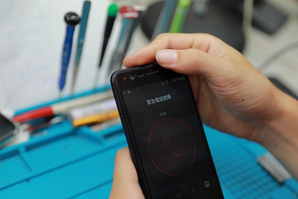 其實我們若是過度使用手機的人,每半年就要檢測一下手機電池的壽命,我們希望客人在安全有保障下使用,所以適當的安全檢查很重要。我們都會給予數據,用專業的數字跟客人解釋是否汰換。絕對讓你既安心又放心。華碩手機維修 華碩手機換電池 新竹華碩手機維修。