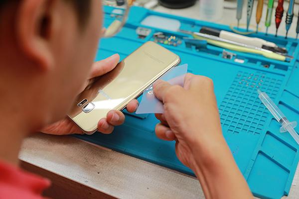 若有比較難打開的部分就要繼續使用加熱槍持續加熱,不能硬掰開,使用卡片可以防止手機內部膠又重新黏在一起。