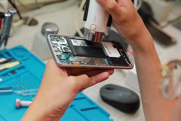 使用加熱槍以及酒精讓電池膠軟化及去除。新竹膜幻鎂機 三星手機維修,三星手機換電池。
