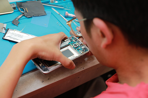 s7 edge手機內部設計下方為麥克風位置,一樣要拆卸下來,接著斷開電池排線。三星手機維修