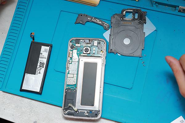 s7 edge電池設計在NFC及無線充電線圈下方,所以即使只是換電池需要拆卸的地方也是很多。三星手機維修