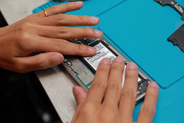 按照原來的步驟再將s7 edge所有零件一一裝回。新竹手機維修,三星手機維修,三星手機換電池,膜幻鎂機。