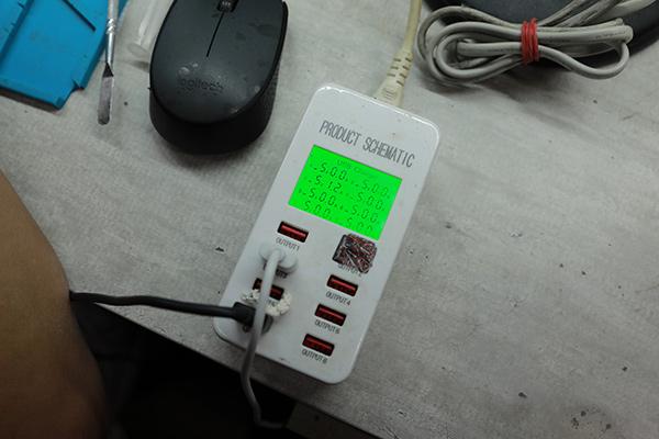 三星手機維修 實例分享 s7 edge換電池最終步驟 --測試電流電壓,以及手機功能,確認無異常後就會重新上膠,將手機背蓋黏回。
