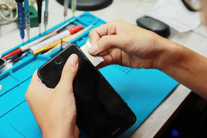 膜幻鎂機也知道目前手機維修價格競爭激烈,許多店家紛紛會先以壓低維修價格方式來吸引顧客上門維修,雖然站在顧客的角度來說負擔會比較低,但是店家所使用的iphone螢幕或是iphone電池品質良莠不齊,維修後續問題多多。