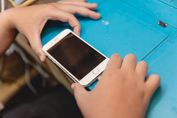 新竹修手機 iphone無法開機維修 新竹修手機 也能拯救客人性命?請聽小編娓娓道來以下這一段關於手機與生命的故事~!iphone無法開機究竟有多~~可怕,就看手機的出現對我們的生活帶來有多大方便就會造成多大困擾。