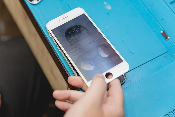 接著必須出動我們店裡專業精密設備,連接主機板後通電,用手輕觸,從有無發熱來判斷主機板哪一個區域有短路情形。 將將將將~經過老闆巧手維修,客人原本死機毫無反應的iphone終於復活了,iphone裡面的重要資料也能救回來了! 膜幻鎂機提醒您維修花錢事小~回憶與性命無價阿~~~