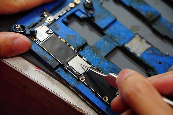 以上兩點都有做到之後,就可以著手進行iphone容量升級 啦!!這次除了背蓋之外要連主機板及記憶體一併拆下。