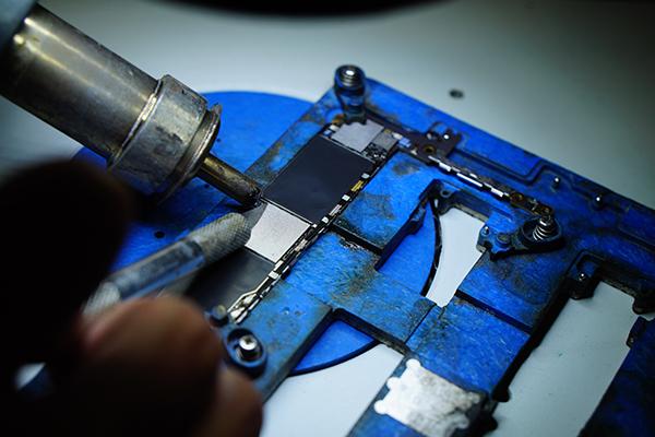 再來清理焊盤,若是不清理就直接裝回的話就會造成晶片無法緊黏在主機板上,  往後客人若一時手滑摔機就會導致晶片虛焊問題發生喔!!