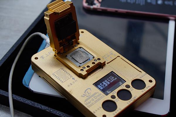 圖片中金光閃閃的設備是什麼呢? 答案是PCIC硬碟測試架  主要的功能是用來讀取舊的底層數據接著再把數據寫到新的硬碟中