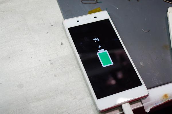 經過專業儀器的電流測試,完全沒問題才會將手機交還至客人手中。