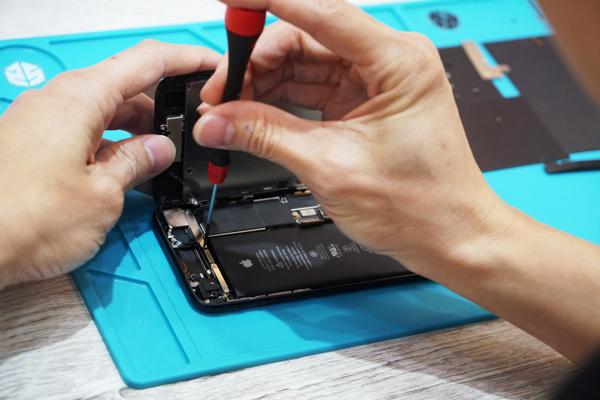 新竹手機維修iphone7以後的型號設計幾乎都需要全拆才有辦法維修iphone麥克風