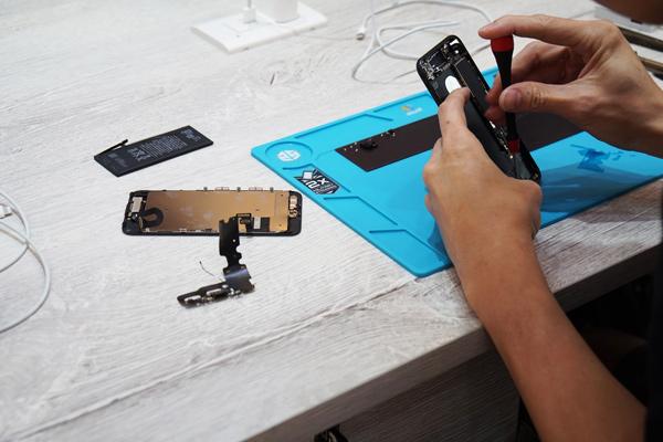 在iphone麥克風維修 過程中,仍然保持桌面整潔,以避免維修時會有東西不小心卡進客人的手機裡